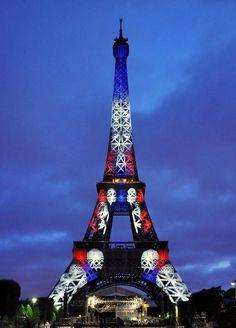 Paris est une Fête! — La Tour Eiffel en bleu, blanc, rouge. The Eiffel...