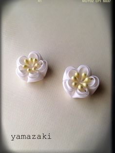 真っ白なつまみ細工の梅の花のピアスです。着物に合わせたらかわいいと思います。こちらは正絹の羽二重の生地を使用しています。お花のサイズは約2cmです。2つ目の写...|ハンドメイド、手作り、手仕事品の通販・販売・購入ならCreema。