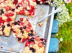 Unser beliebtes Rezept für Blechkuchen mit Gartenfrüchten und Mandelkrümeln und mehr als 55.000 weitere kostenlose Rezepte auf LECKER.de.