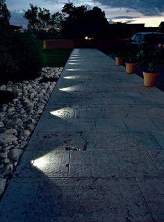 un viale illuminato suggestivamente da segna passo led bianco naturale