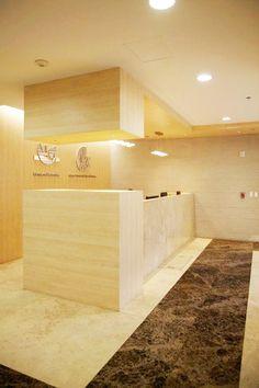 Diseño único en mueble, travertino jalapa, acabado pulido mate y en piso mármol marrón emperador acabo pulido y brillado.