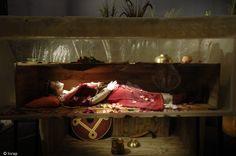 Exposition Nos ancêtres les barbares à Saint-Dizier.Reconstitution d'une des sépultures aristocratiques de Saint-Dizier datant du VIe siècle de notre ère.- ST DIZIER 2) LE FASTE DES INHUMATIONS. LA TOMBE DE LA JEUNE FEMME.: Elle comprenait: 1 bague en or incrustée de grenats, 1 bracelet en argent, 4 fibules ornées de grenats, de nombreuses perles en ambre, verre et cristal de roche, 1 petit couteau, 1 bassin en bronze, 1 coupe et 1 flacon en verre.