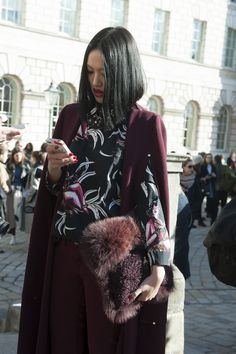 30 Photos of Fashion People on Their Phones   StyleCaster