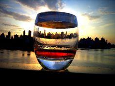 Manhattan sunset, con un vaso, Sky Line detras.
