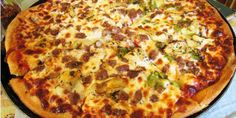 New Mexico: Green Chile Pizza at Giovanni's in Albuquerque Yes, Giovanni's is definitely an Italian joint, but that doesn't mean they can't. Good Pizza, Pizza Crazy, Beef Pizza, Mexico Food, Tomato And Cheese, Pizza Hut, 50 States, Fun Cooking, Pizza