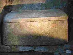 L' architecture mérovingienne, sarcophage de st Léonien, VI°s.(St Pierre de Vienne) - CHILPERIC 1°. 2)BIOGRAPHIE. 2.6.2 GUERRE EN AQUITAINE (572-74), 11: GONTRAN recule et adopte une attitude de stricte neutralité. Chilpéric préfère négocier et un traité, daté de 574, stipule qu'il rend les cités d'Aquitaine. Ainsi s'installe une paix de compromis grâce à laquelle Chilpéric sauve sa vie, Gontran ne perd rien et Sigebert obtient les terres de Galswinthe dévolues à Brunehilde.