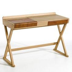 Creatie van Emmanuel Gallina, exclusief voor AM.PM. Een ideaal bureau, combineert hedendaagse vormen met nobele en traditionele materies (eik, leer). Eigenschappen : - Structuur in MDF met laagje eik. - Poten in massief eikenhout. - Bekleding in echt leer voor de bovenzijde. Afmetingen : - B110 x H78 x D48 cm. Bruikbare afmetingen binnenzijde lade : B36 x H4 x D29 cm. Afmetingen nis: B41 x H5 x D42 cm. Levering aan huis na afspraak !