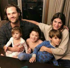 The Padalecki family.look at their little girls face, aaaaw. Watson Sherlock, Sherlock John, Misha Collins, Jared Padalecki Kids, Supernatural Impala, Supernatural Background, Gilmore Girls, Genevieve Cortese, Supernatural Fans