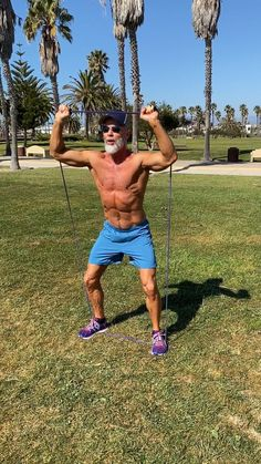 fitness exercises A complete, upper-body workout using a resistance band to create strength, shape, and definition in your torso. (Video and list included. Gym Workout Videos, Gym Workouts, At Home Workouts, Fitness Exercises, Bodybuilder, Cardio, Skin Bumps, Fitness Gym, Trainer Fitness