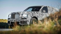 Red came to the new 2018 Rolls Royce Cullinan SUV, which is among the luxury SUVs. In recent years, we have a real turbulence and the search for SUV Maserati, Bugatti, Lamborghini, Ferrari, Rolls Royce 2017, Rolls Royce Suv, New Rolls Royce, Rolls Royce Motor Cars, Architectural Digest
