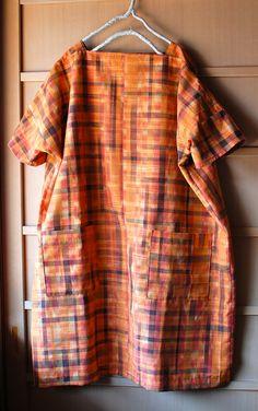 身丈が短い単衣の紬をほどいて、直線裁ちのワンピースを作りました。 春の明るい日差しが鮮やかなオレンジ色を引き立ててくれます。 ...