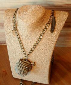 Collar largo con monederito color marrón claro en crochet