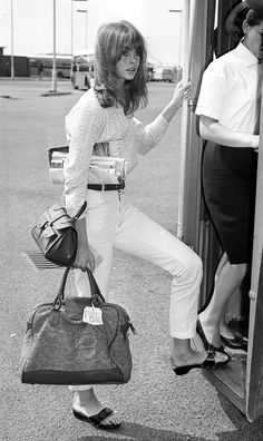 Throwback Thursday… In Jean Shrimpton, Twiggy and other celebrities are spotted in the Original Exercise Sandal making it an instant fashion icon. Jean Shrimpton, Style Année 60, Looks Style, Mode Style, Classic Style, 1960s Style, Classic White, Retro Style, Twiggy