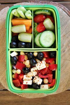 3 pomysły na lunchbox - zdrowe sałatki #1 | Tysia Gotuje blog kulinarny Healthy Food Blogs, Healthy Salads, Healthy Lifestyle, Healthy Eating, Healthy Recipes, Feta, Cooking Recipes, Cooking Blogs, Meal Prep