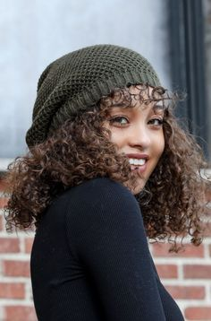Slouchy Beanie Outfit, Girl Beanie, Slouch Beanie, Beanie Hairstyles, Cute Curly Hairstyles, Curly Hair Styles, Girl Hairstyles, Boys With Green Eyes, Curly Hair Drawing