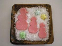 Bandeja de madera, tamaño 20x20 cm, jabón de glicerina, 3 muñecos de nieve de distinto tamaño  con 3 jaboncitos más, colores rojo, azul, verde  y amarillo, esencia de limón.