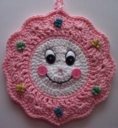 Cute Crochet Smiley Face Wreath Potholder (no pattern) Crochet Hot Pads, Crochet Towel, Crochet Potholders, Crochet Motif, Crochet Designs, Crochet Patterns, Crochet Sunflower, Crochet Kitchen, Bandeau