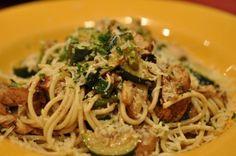 Spaghetti con pollo, funghi e zucchine per un piatto unico da single | Ricette di ButtaLaPasta