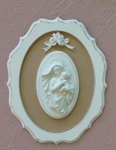 Quadro em mdf com fundo em tecido e aplicação de Madonna em resina. Acabamento provençal. R$ 170,00