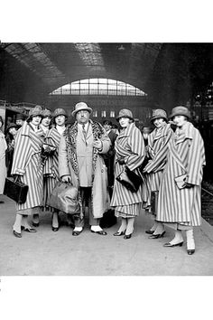 Paul Poiret avec ses mannequins, son tailleur Christian et Reine, la vendeuse à leur arrivée à Copenhage, 1925
