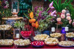 Casamento em dia de chuva na Fazenda Vila Rica em São Paulo. Decoração colorida e cheia de estilo da Tais Puntel.  Mesa de doces colorida, doces em forminhas off white.  Foto: Água Benta