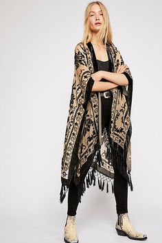 This luxe sheer Free People velvet kimono features a floral design. This Fringe Hem Kimono is street chic as well as boho chic. Boho Chic, Boho Ootd, Bohemian Mode, Bohemian Style, Fashion Mode, Boho Fashion, Womens Fashion, Fashion Trends, High Fashion