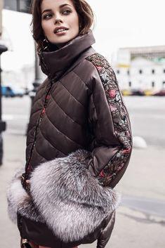 болоньевая куртка с мехом на карманах