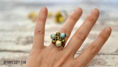 Anillo con hilo ce cobre y bolas metálicas y/o cerámicas http://manualidades.facilisimo.com/blogs/general/como-hacer-un-anillo-con-hilo-metalico-y-ceramica_1169656.html