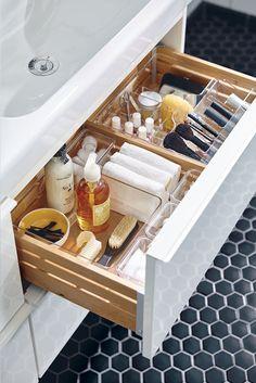 Une place pour chaque chose et chaque chose à sa place. Le rangement GODMORGON s'occupe de l'organisation de vos produits de maquillage et de toilette dans la salle de bains.