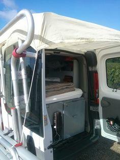 Auvent portes arrières renault Trafic aménagé. Van avec 2 portes arrières système d'auvent rapide à installer grace aux crochets plastiques et aux élastiques, se plie et se range facilement. Amenagement fourgon