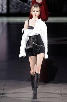 Dolce & Gabbana Fall 2020 Ready-to-Wear Fashion Show Collection: See the complete Dolce & Gabbana Fall 2020 Ready-to-Wear collection. Look 59 Dark Fashion, High Fashion, Fashion Show, Fashion Design, Stage Outfits, Mode Outfits, Fashion Outfits, Fashion Ideas, Couture Fashion