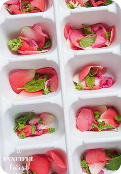 DIY: FLORES HELADAS  Un ramillete de flores comestibles, agua y una cubitera. Así de sencillo en www.unabodaoriginal.es/blog