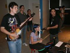 """Guitar Hero e outros instrumentos / MIS / Museu da Imagem e do Som / Exposição """"Game on"""" (2011)"""