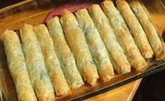Rolls - so much easier doing it rolled up, rather than layer by layer, and a portable and nice appetizer.Spanakopita Rolls - so much easier doing it rolled up, rather than layer by layer, and a portable and nice appetizer. Greek Spinach Pie, Spinach And Cheese, Goat Cheese, Vegetarian Recipes, Cooking Recipes, Vegan Vegetarian, Good Food, Yummy Food, Greek Cooking
