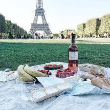 Picnic framför Eiffeltornet.  Måste inkludera chokladdoppade jordgubbar, croissanter och macarons!