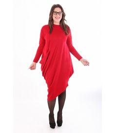 Асиметрична рокля TINA в червено- състав 95% полиестер и 5% еластан.Материята е плътна и подходяща за зимата, при допир е мека и приятна- роклята стои елегантно, но не подчертава- подходящ е за комбинация с клин- можете да поръчате ушиване по размер- кройката стои перфектно- моделът е сниман с размер S / M при височина 177 см,гръдна обиколка 110 см, обиколка ханш 110 см- при нужда от помощ при избора на размер -Размери - намерете вашия размер