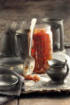 TAMATIEBLATJANG: Die blatjang het 'n heerlike soetsuur smaak en dis glad nie baie sterk nie. Die resep is maklik en die liplekker eindproduk kan jy voorsit met baie geregte. South African Dishes, South African Recipes, Indian Food Recipes, Chutneys, Sauce Dips, Sauces, Kos, Tomato Chutney, Tomato Preserves