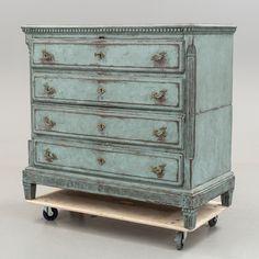 BYRÅ 1700-/1800-tal.  Tudelad. Målad. Fem lådor, beslag av mässing. Bredd 124. Djup 61. Höjd 113 cm. Nyckel finns.