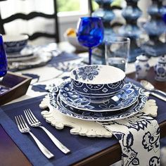 Neat, little stitched detailing makes these cotton table linens, well, neat. Blue Dinning Room, Paleta Pantone, Dresser La Table, Blue Table Settings, Place Settings, Blue And White Dinnerware, Blue Placemats, Blue Cafe, Blue And White China