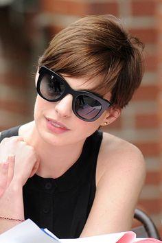 Anne Hathaway destila glamour con su pelo corto