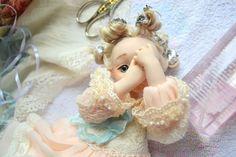 ...'У куклы есть особое, общее, родовое качество – качество сущности. Мы ее видим. Она перед нами. Такая, как она есть, и вроде бы всё с ней понятно, но… понятно не все. У куклы двойное, двунаправленное зрение: она живет сразу по двум адресам – с нами, здесь – и где-то сама по себе, автономно. Поэтому, возможно, она знает про жизнь нечто такое, чего не знаем мы.