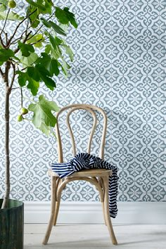 Kuitutapetti (non-woven). Bathroom Wallpaper, Print Wallpaper, Home Wallpaper, Classic Wallpaper, Inspirational Wallpapers, Wishbone Chair, Interior Design Inspiration, House Colors, Home And Living