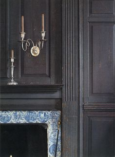 Dark grey paneling and delft tile. Nice combination.