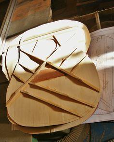 Resonanzbodendecke meiner Standard >Volksgitarre<, einem Dreadnought Modell mit 65 mm Mensur. Das Holz der Decke und der Leisten stammt von einem ausgeschlachtetem ca. 80 Jahre altem Klavier!