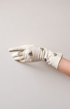 Feminine an sweet, vintage women's white leather gloves with vibrant floral embroidered throughout. These vintage gloves are incredibly soft! Vintage Accessories, Fashion Accessories, Fashion Jewelry, 1930s Fashion, Vintage Fashion, Dress Dior, 1940s Woman, Gloves Fashion, Fashion Clothes