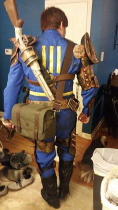 A cosplay from Fallout - I really like how there is a bunch of things going on with the armour and so forth. Fallout Costume, Fallout Props, Fallout Cosplay, Fallout Art, Cool Costumes, Cosplay Costumes, Cosplay Ideas, Costume Ideas, Amazing Cosplay