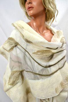 Mantón de seda decorado con lana merino australiano de fieltro nuno hecho a mano. Creamos con pasión, nuno fieltro artísticos pañuelos de seda y ropa hecha de tejidos naturales (Cachemira, seda, lino, lana de merino, etc..) Todo es hecho a mano en ejemplares únicos. Nuestras bufandas de seda son diferentes de las bufandas de fieltro rígidas típico porque están hechas de lana de merino de más alta calidad y originales 100% seda. Usted puede estar seguro que su bufanda es única. Colores en…