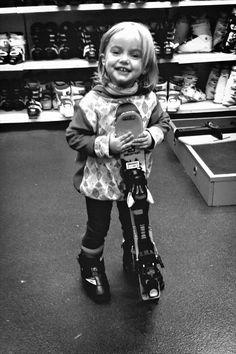 Skifahren lernen. Unsere Tochter ganz stolz mit ihren ersten Skiern im Sportgeschäft. Skiing, Punk, Kids, Fashion, Sled, Daughter, Coat Racks, Pride, Studying