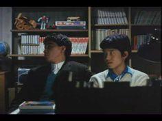 家族ゲーム(1983) - 劇場予告編 「『失楽園』の森田芳光監督作品。昔の日本映画は、映像のリアリティーを度外視した演出が多かった気がする。(´ω`)(机がいきなり透明になったり、家族が横一列に並んで座ったり…)映像のカット割りや、構図や、スタジオセットや小道具など、意図を持って演出すると登場人物の心情も台詞にしなくても見る側に伝えることができます」