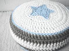 Puff tejido con totora, hermoso para decorar cualquier ambiente de tu hogar.